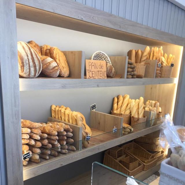 Factores a tener en cuenta para comprar un expositor pan